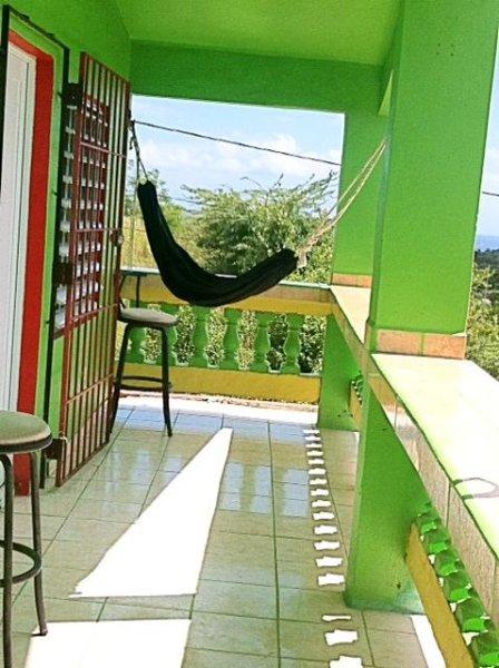 ampio balcone affacciato su una splendida vista sul mare e le dolci colline del quartiere.