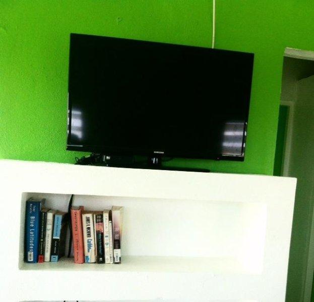 tv a schermo piatto da 32 pollici con tv via cavo diretto e un sacco di canali in inglese e spagnolo