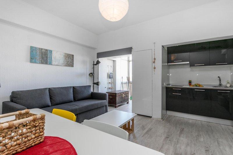 Es un apartamento sólo para estar feliz y relajado. Situado en el centro de Costa da Caparica