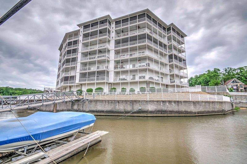 Esta propiedad cuenta con impresionantes vistas al lago y acceso directo al agua.