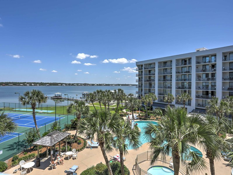 Il condominio si trova nel Gulf Shores Surf and Racquet Club.