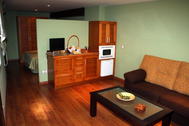CASA EL YELMO DE MAMBRINO - SOLANO (Máximo 2 adultos + 2 niños), location de vacances à Alameda de Cervera
