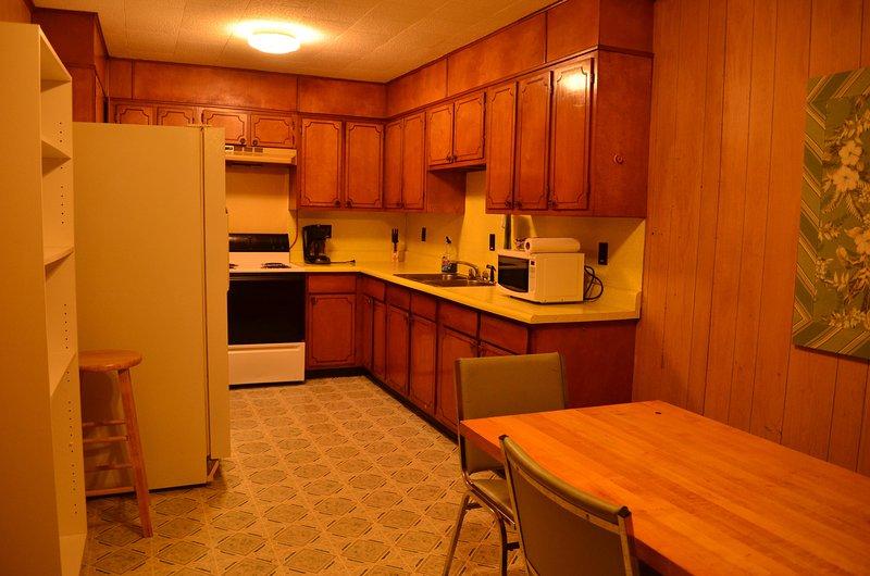 Cocina completa está equipada con vajilla, ollas, sartenes y utensilios.