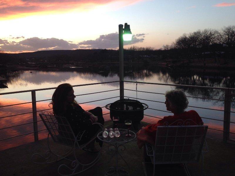 Qué maravillosa manera de disfrutar de amigos y familiares, en la cubierta del lago en el país de la colina casa del lago!