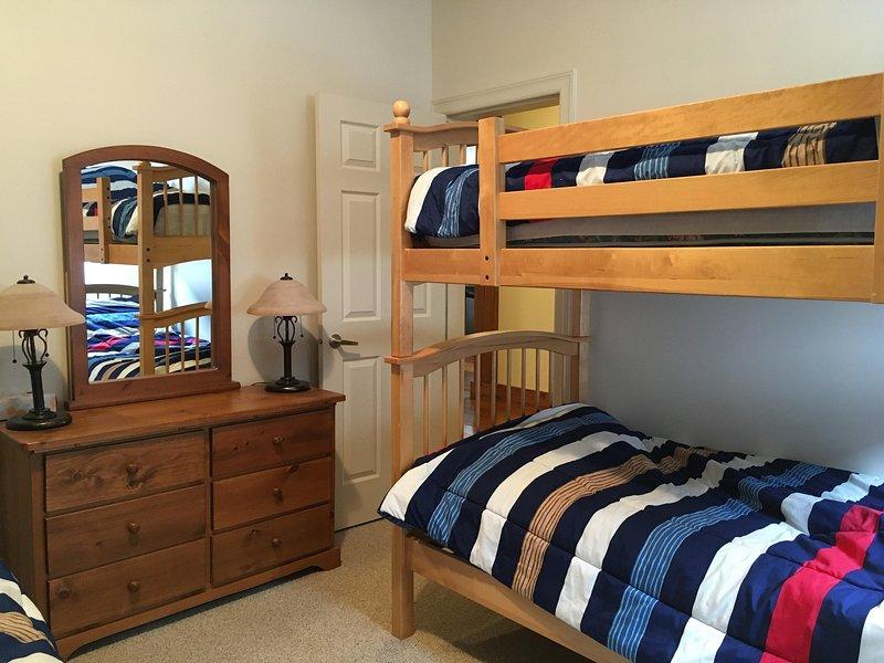Otro punto de vista de la amplia habitación con literas con 2 dobles / literas individuales