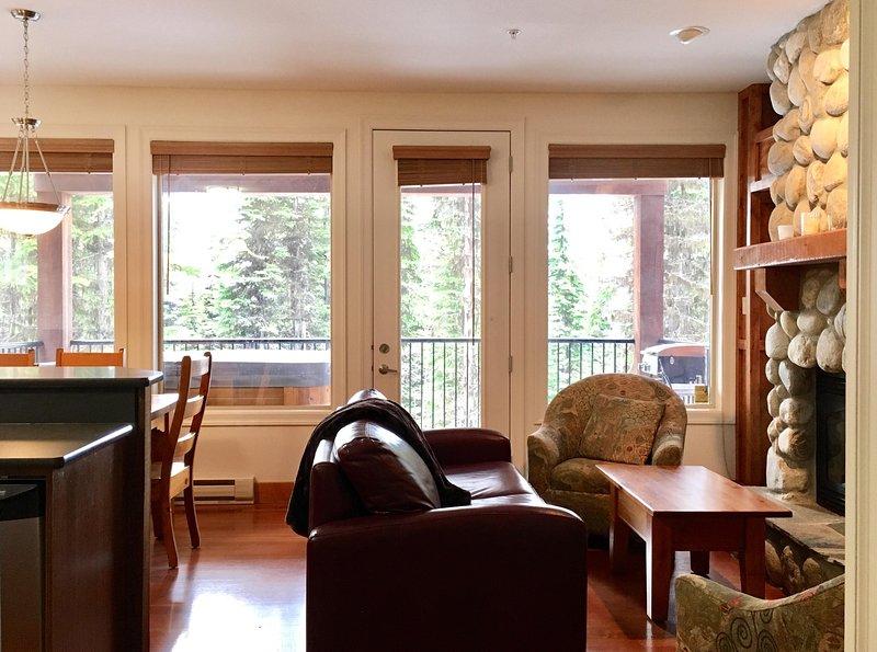 Un montón de ventanas de esta sala de estar preciosa suite