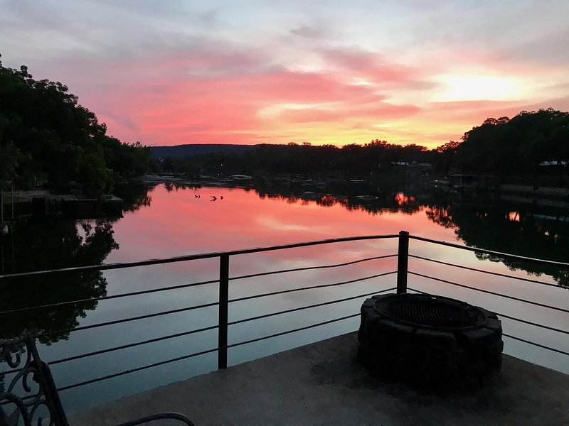 Puesta de sol desde la cubierta directamente sobre el lago LBJ mirando hacia Texas Hill Country-Gran pesca!