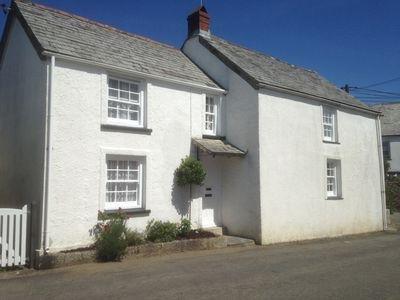 Quince Cottage ist ein freistehendes Haus, das ist die Vorderansicht des Hauses