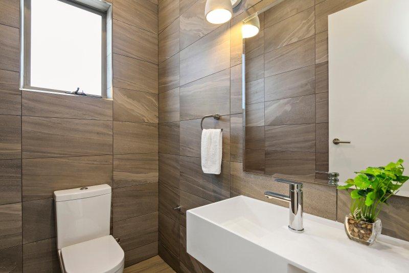 Un baño con espacio para duchas