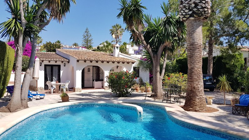 Las Palmeras. Integral steps provide easy access to the large pool.