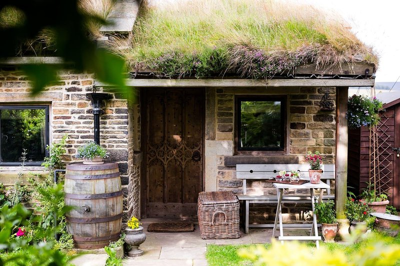 The Smithy is a stone detached cottage with a grass and heather roof, holiday rental in Greenfield