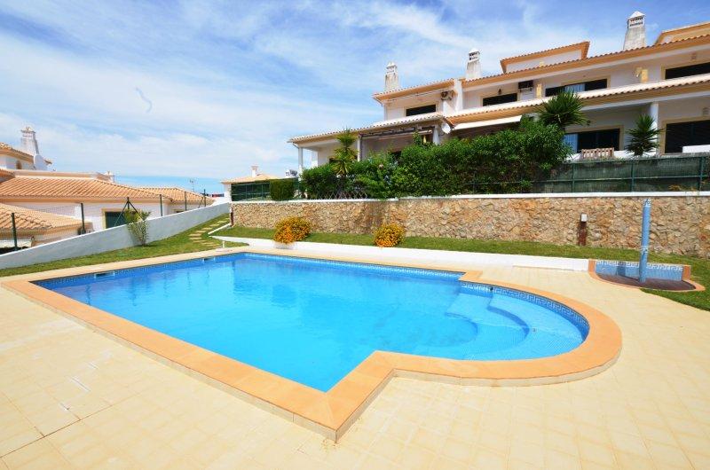Condominio piscina y jardín