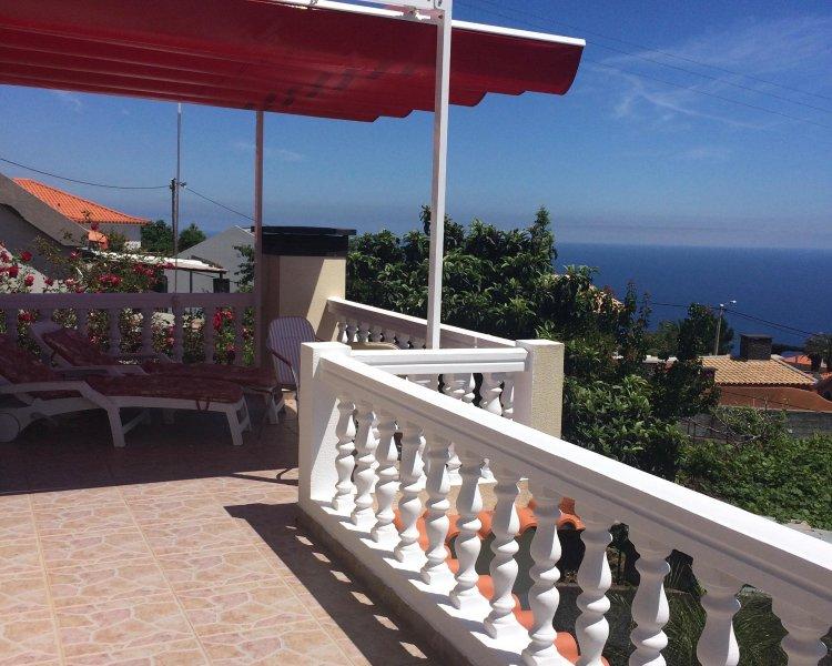 Relajarse en una cama de sol bajo la capota ajustable y disfrutar de las vistas al mar