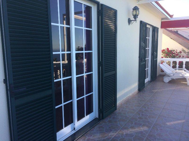 puertas francesas se abren desde los dos dormitorios a la gran balcón orientado al sur
