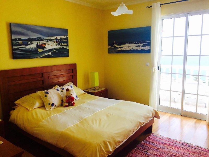 dormitorio principal con puertas francesas que dan a balcón orientado al sur