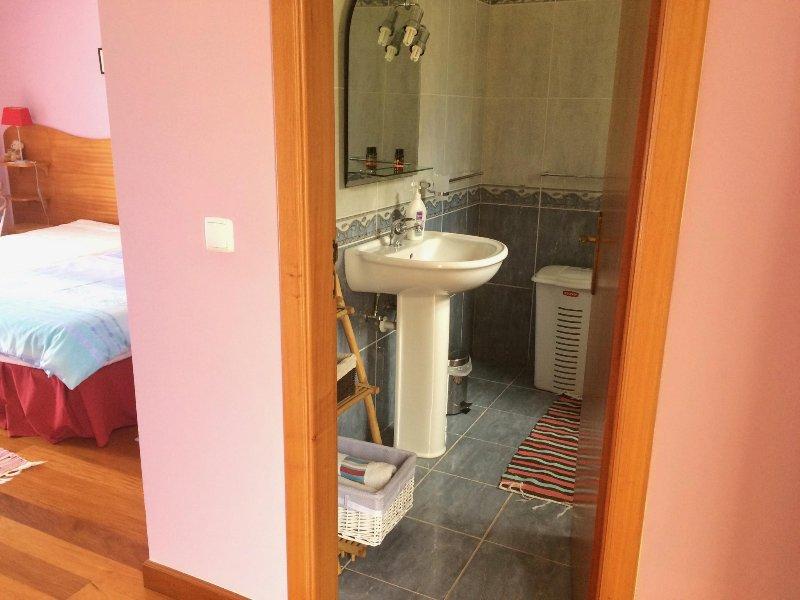 habitación doble con baño, luminoso y ventilado