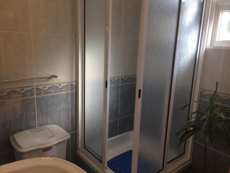 Privado está provisto de ducha grande