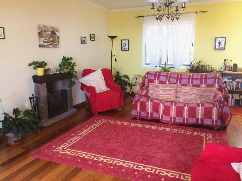 sala de estar con TV satilte, DVD, lleno gratuito a Internet y Wi-Fi