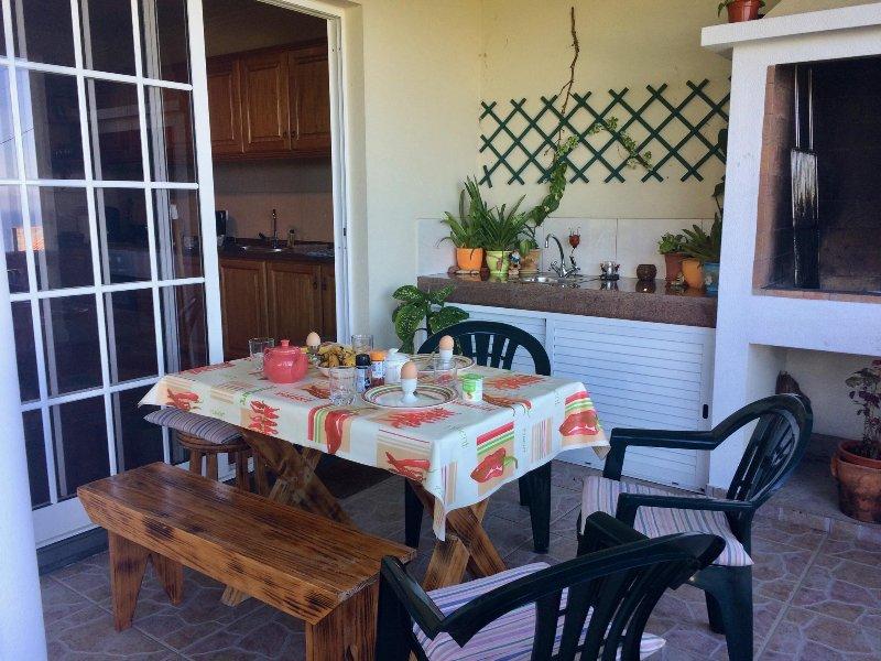 Menor área de balcón ideal para cenar fuera: disfrutar de un desayuno tardío antes de comenzar su día