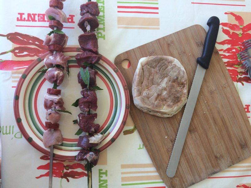 Gran barbacoa de ladrillo abierta, ideal para cocinar brochetas de carne tradicional con el ajo y la hoja de laurel, delicioso