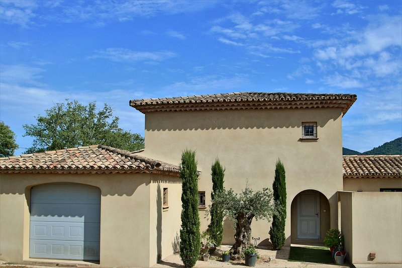 New villa Plan de la Tour with olive garden near beaches Sainte-Maxime, holiday rental in Plan de la Tour