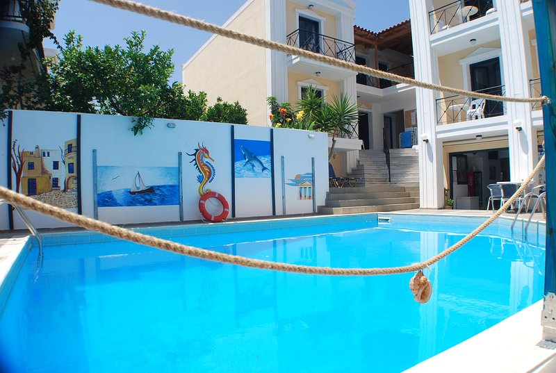 2rooms beach apartment for 4 persons with pool, holiday rental in Mononaftis