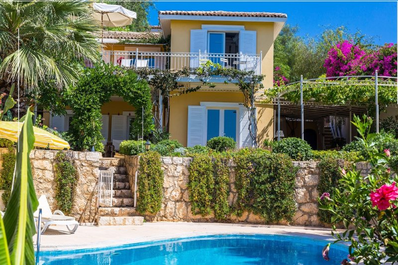 Beautiful luxury seaside garden villa with breathtaking ocean view!, location de vacances à KAS