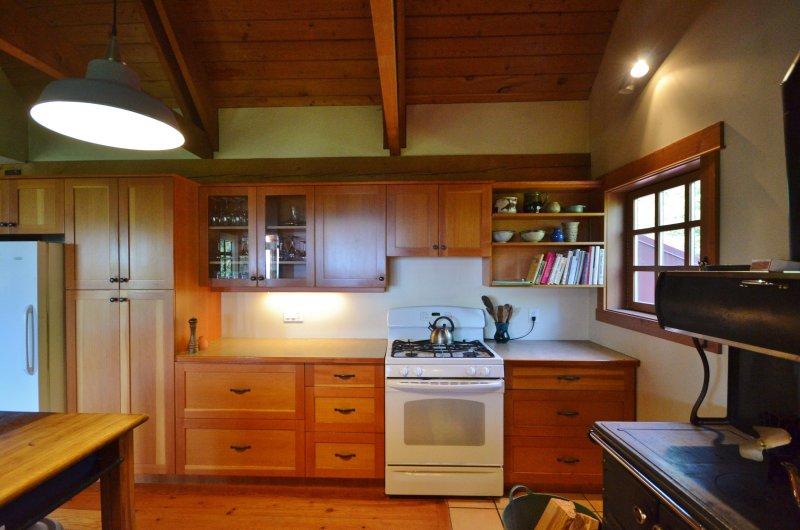 La cocina es grande y tiene un montón de espacios de venta libre.