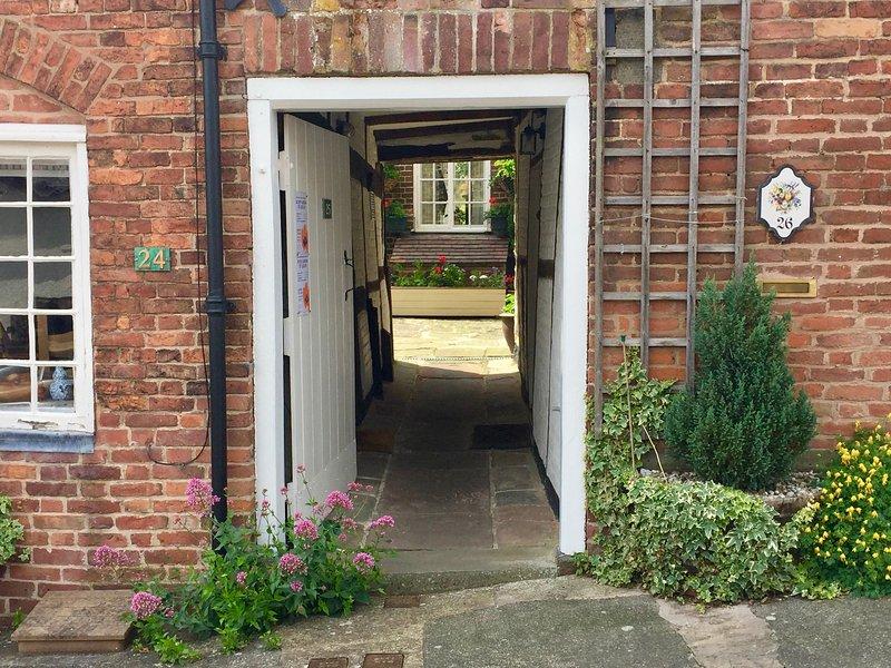 El pasaje conduce a tres propiedades: la puerta de entrada a la nuestra está en el lado derecho.