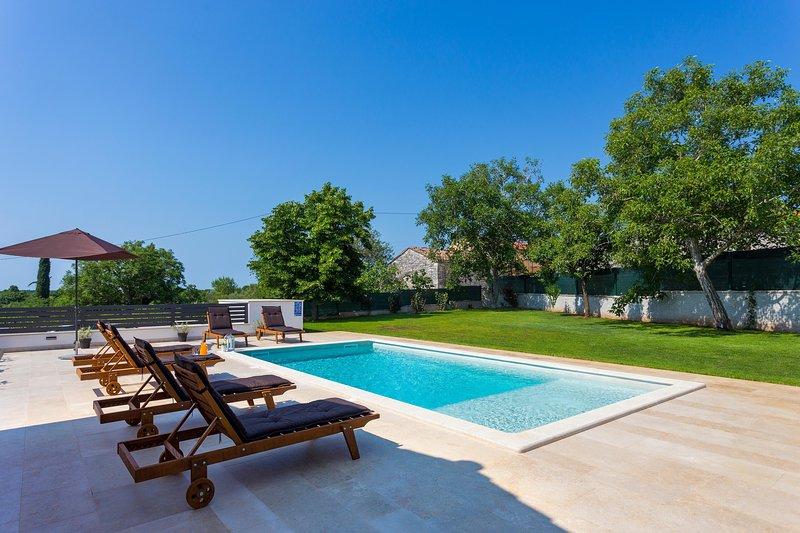 Villa Anavi with private pool and large garden, aluguéis de temporada em Barban