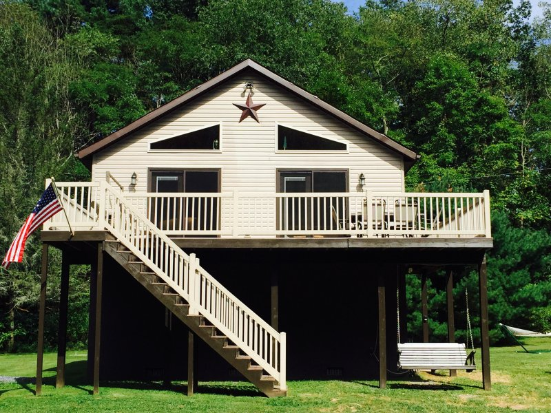 Riverfront Home Just 20 Min from Downtown Bedford-Kayaks,Firewood,Pavilion,WiFi, aluguéis de temporada em Fishertown