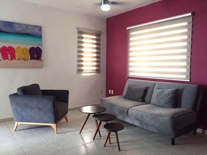 Apartamento situado en la primera planta. Salón con Smart TV y aire acondicionado.