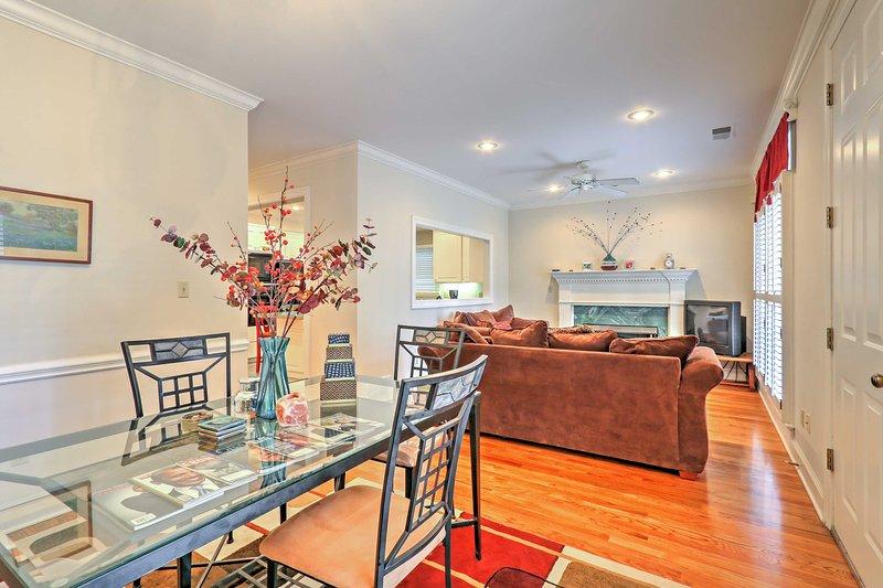 Entrez dans la maison par cette espace de vie qui comprend 2 canapés moelleux, une cheminée à gaz et une salle à manger formelle.