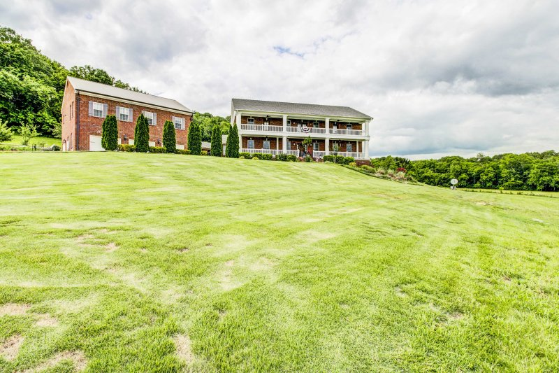 Leave your worries behind for a revitalizing retreat at this luxurious 2-bedroom, 1.5-bathroom vacation rental apartment, which sleeps 6 in Thompson's Station, Tennessee.