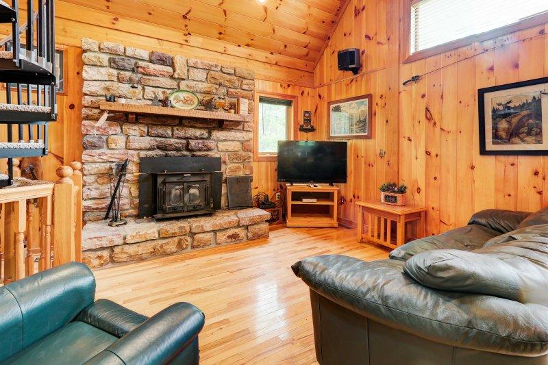 Esta cabaña está cargada de encanto y decorada rústicamente en temas de montaña.