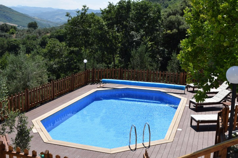 Detached villa with large private pool and amazing view , garden and olive grove, alquiler vacacional en Casoli