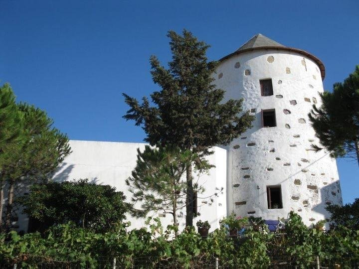 Windmill on Inoussa island with sea view, location de vacances à Vrontados