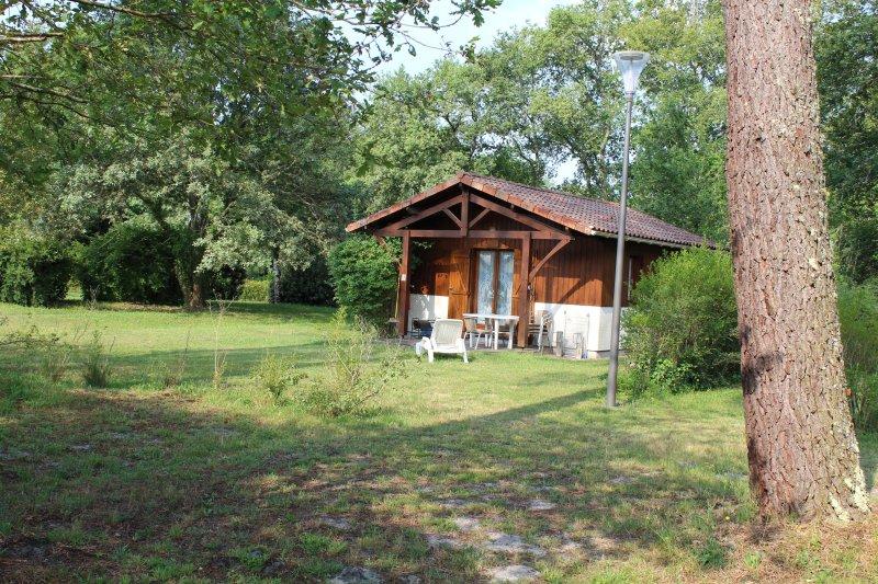 CHALET 5 Nous sommes heureux de vous accueillir sur le site des Chalets du Gélat, holiday rental in Pujols-Sur-Ciron