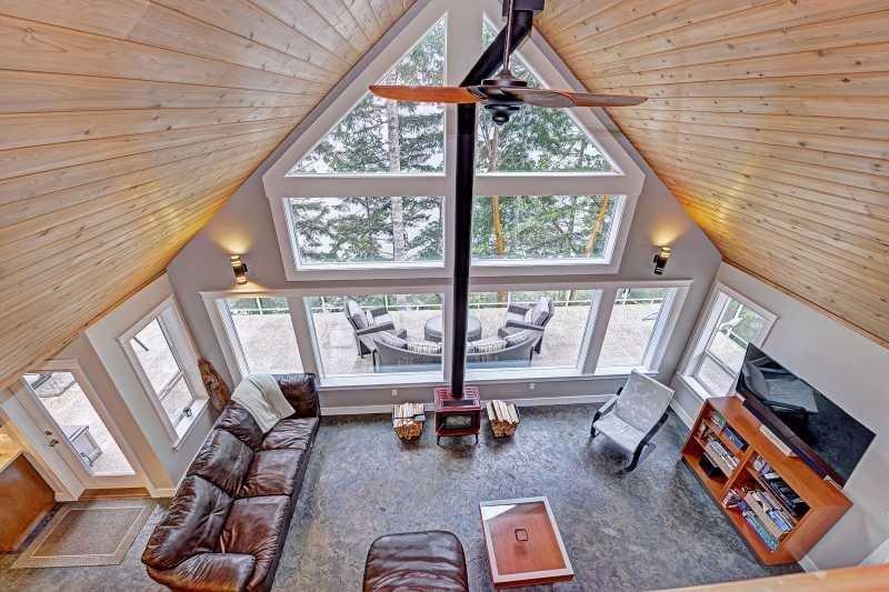 Amazing Lake Cowichan 3 Bedroom Beach Front House, holiday rental in Honeymoon Bay