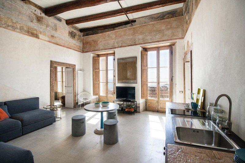 Trotula Charming House, appartamento di prestigio con vista sul Golfo, holiday rental in Salerno