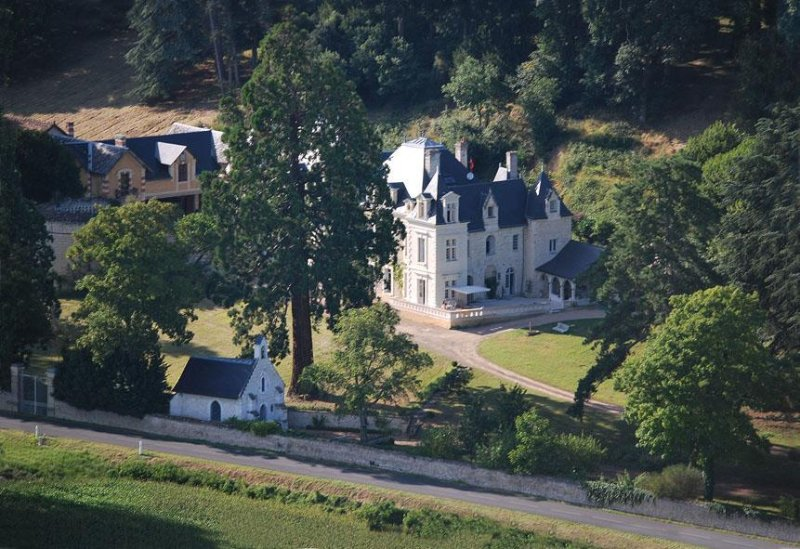 This cottage is located in the park of the Castle of Sonnay
