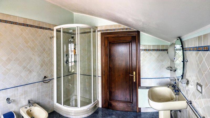 stanza privata con bagno condiviso, vacation rental in Quartucciu