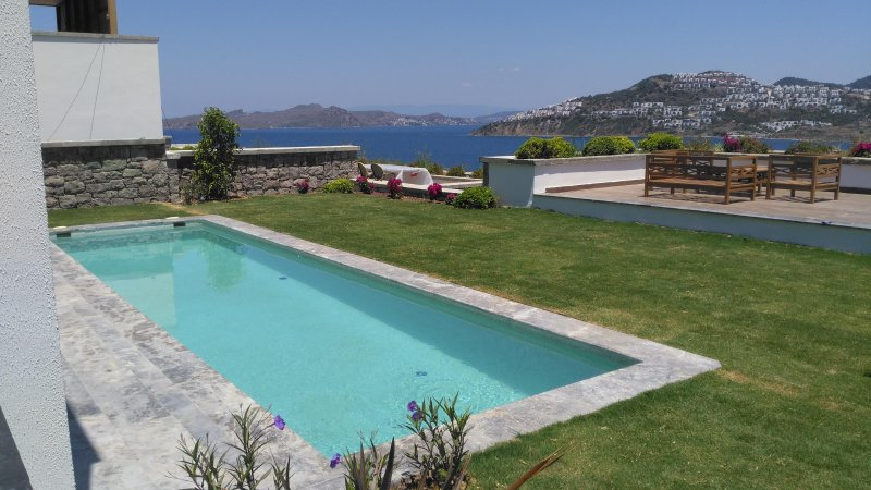 Luxury Villa with private beach and swimming pool., holiday rental in Gumusluk