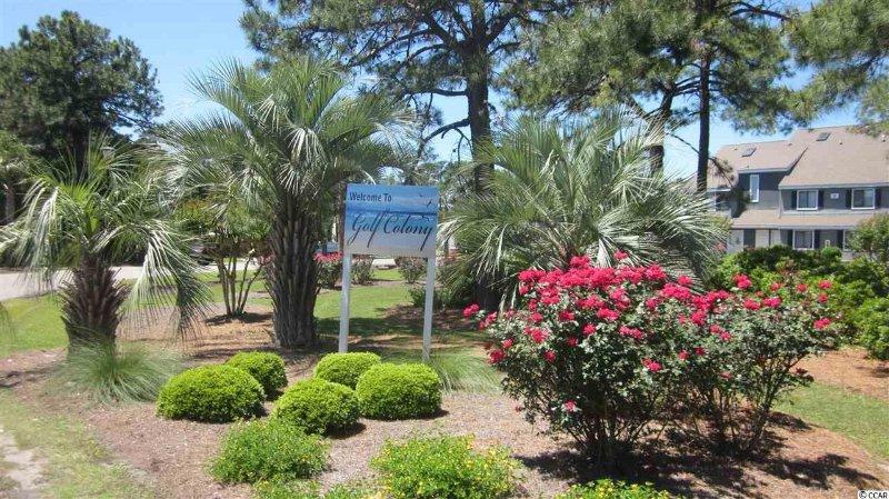 A entrada para Golf Colony