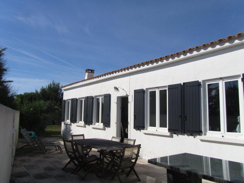 Maison de vacances située à 5 min à pieds des plages et du phare des baleines, holiday rental in Saint Clement des Baleines
