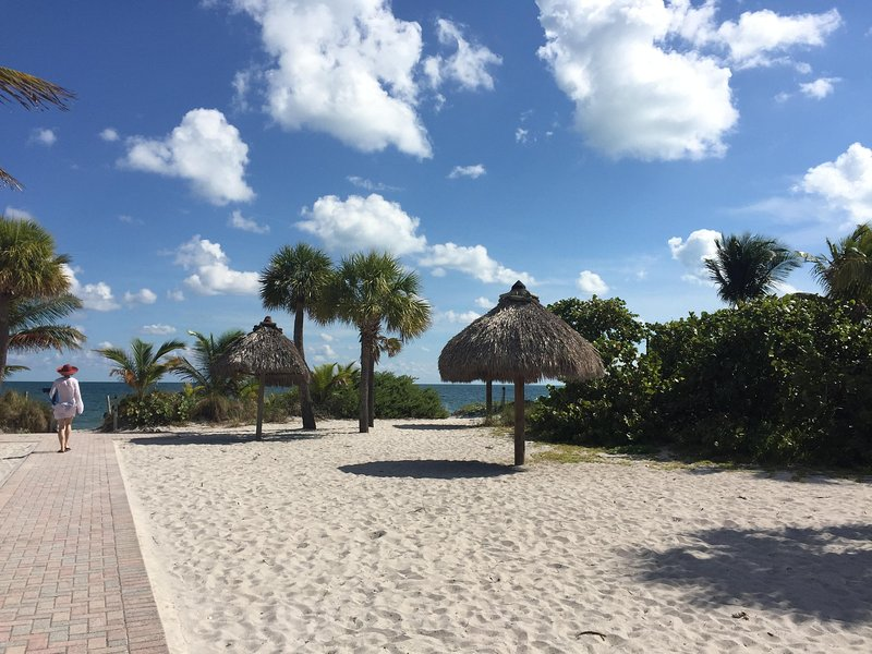 Key Biscayne Beach Club - ubicado a media cuadra de apartamentos