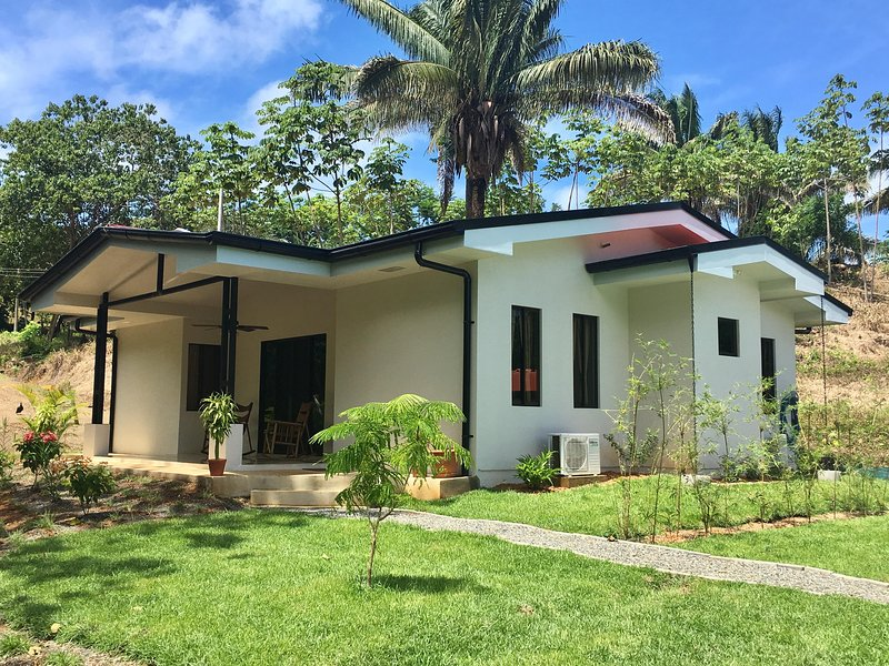 CASA LORITOS, Charming Beach House in the heart of Ballena National Park, vacation rental in Uvita