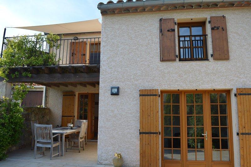 Luxury rural getaway 2 bedroom cottage with jacuzzi and spa bath, holiday rental in Greffeil
