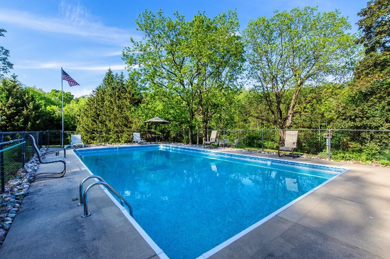 Huge Estate with acreage, pool, hot tub, & fire pit. Kid & Pet Friendly! Near GR, holiday rental in Middleville