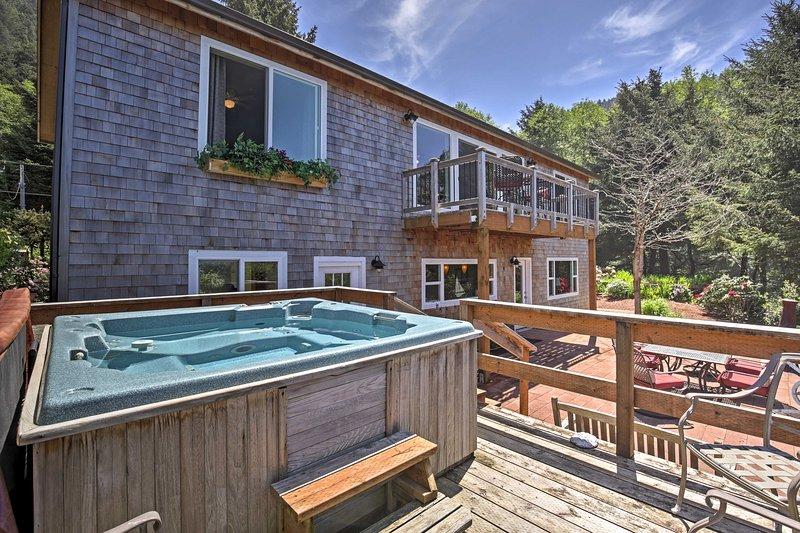 Faça planos para estadia no 'Ninho de Falcon,' a 4 quartos, 3 casa de banho casa de aluguer de férias Arch Cape pitoresca que acomoda 11!